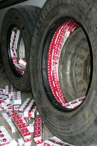 колеса машины наполенные сигаретами