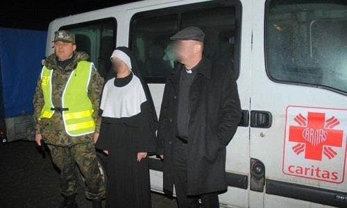 Контрабандисты переодетые в монашку и святого отца