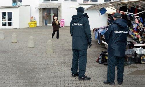Пешие патрули таможни на рынке в Польше