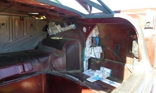 Сигареты спрятаны в машине