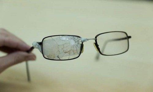 Пробитые пулей снайпера очки украинца раненного в Киеве в феврале 2014