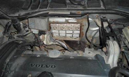 Сигареты спрятаны в отсеке двигателя