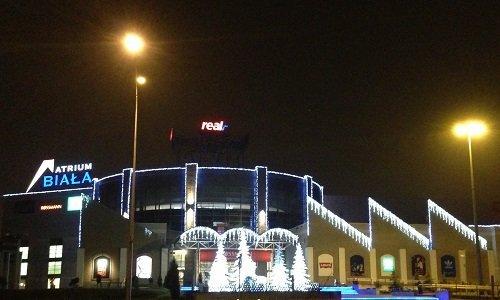 Торговый центр Галерия Бялая в Белостоке ночью