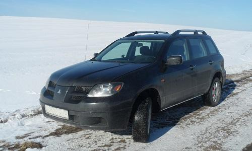 Машина на фоне снега