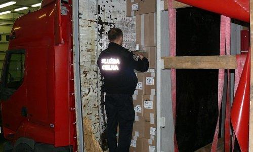 сигареты спрятаны в полуприцепе тягоча в Кузнице