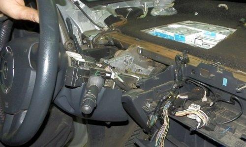 Сигареты спрятаны под приборной панелью авто