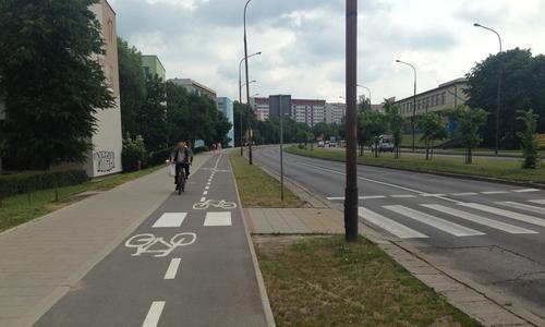 проезжая часть в польше в белостоке с тротуаром и велодорожкой