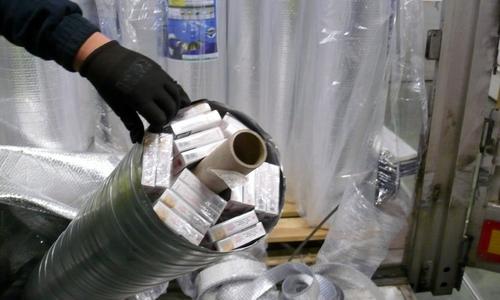 Сигареты спрятаны в трубе из под пленки