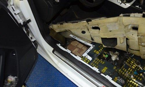 Наркотики спрятаны в полу машины