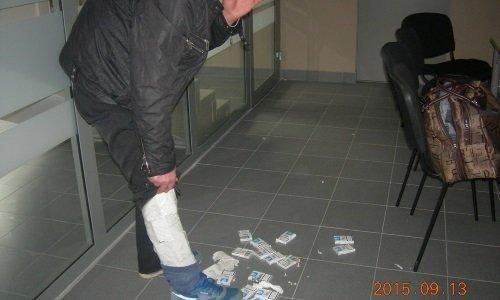 Сигареты прикреплены скотчем на ноге