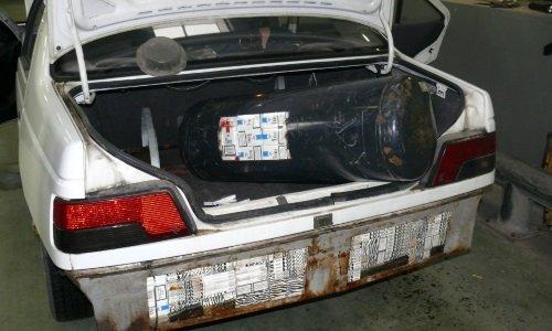 Контрабанда сигарет в газовом балоне и задней части кузова