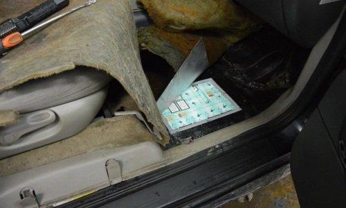 Контрабанда в дне машины Форд на КПП Кузница