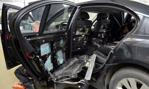Сигареты спрятаны в дверях машины БМВ