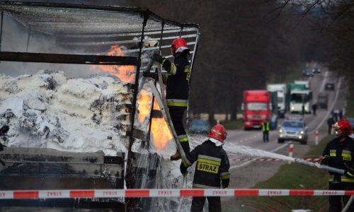Пожарные тушат горящую грузовую фуру