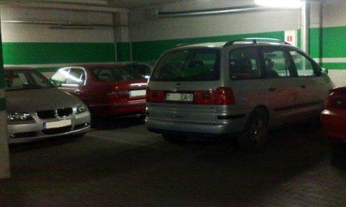 Машина на парковке заблокировала в углу 2 другие ТЦ Альфа Белосток