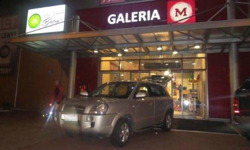 Белорус припарковал машину у входа в магазин Белостока.