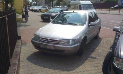 Белорус припарковал машину на тротуаре Белостока