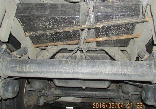 Сигареты закреплены под днищем машины