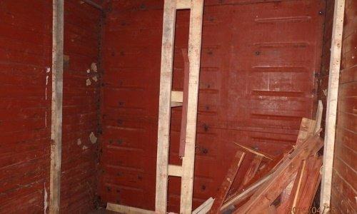 Выломанная двойная стена в вагоне товарного поезда, за которой были спрятаны сигареты