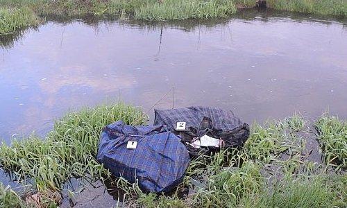 Пакеты с сигаретами в речке на границе