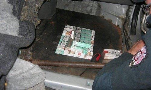 Сигареты в полу машины