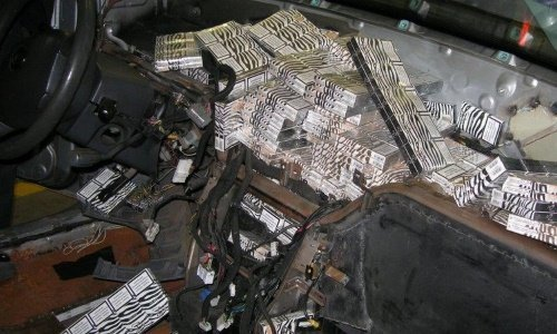 Сигареты спрятаны под рулем машины Киа