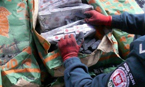 Сигареты спрятаны в мешках с углем