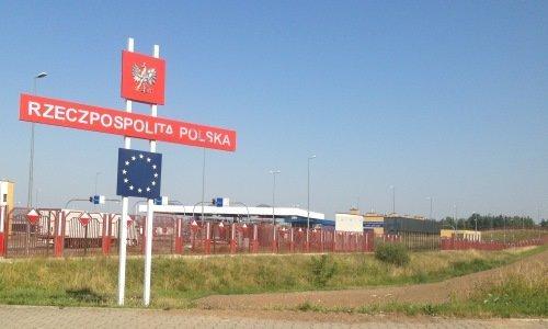 Знак Евросоюза и Польши на въезде в КПП Кузница