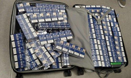 Полный чемодан с сигаретами в аэропорту Вильнюса