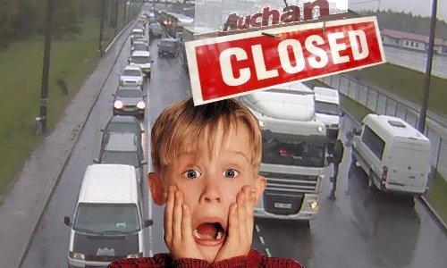 Очередь машин и закрытые магазины в Польше на праздники
