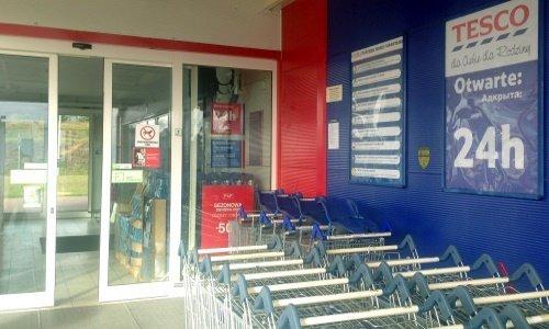 вход в круглосуточный магазин Теско в Сокулке
