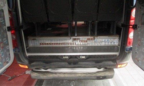 Сигареты спрятаны в полу микроавтобуса с детьми