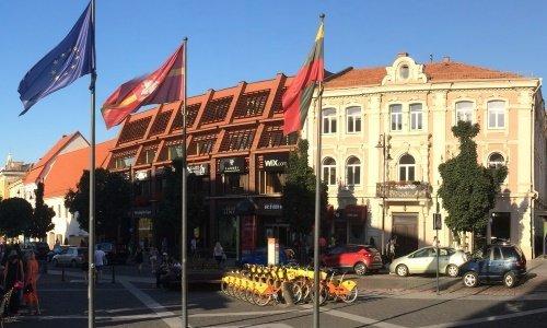 Вильнюс флаги в центре и  велопрокат