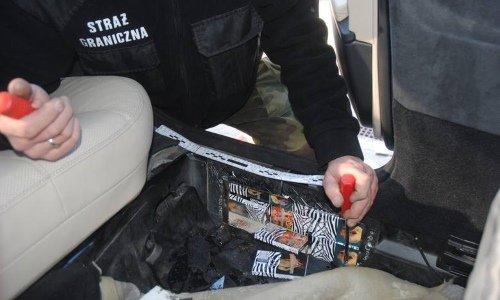 В порогах Мерседеса спрятаны сигареты