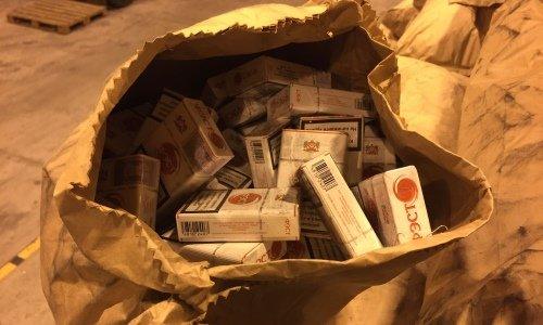 Сигареты в мешках от угля в белорусской фуре