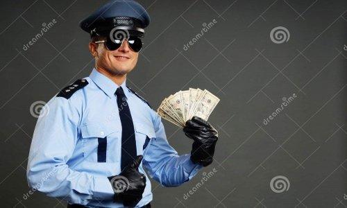 Счастливый полицейский с деньгами