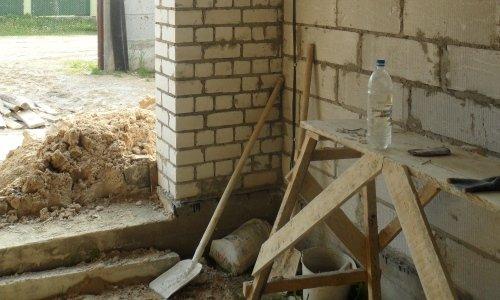 Стройка, лопата и бутылка воды
