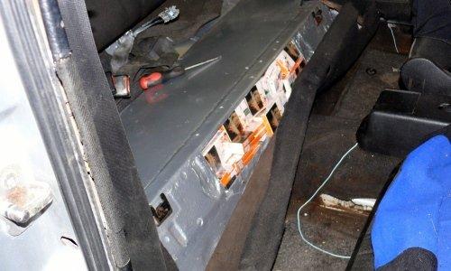 сигареты спрятаны в заднем сиденьи автомобиля