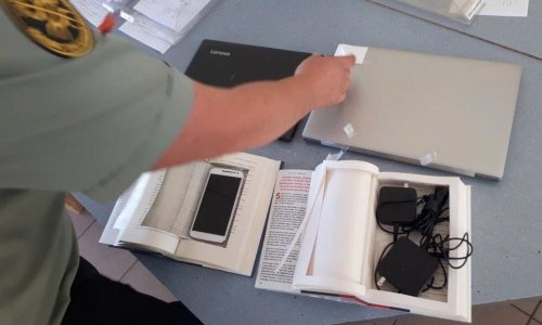 телефон спрятанный в книге