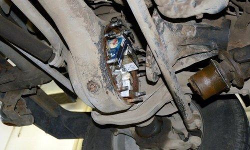 Сигареты спрятали в коробке передач машины