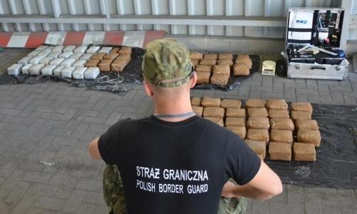 В польском пункте пропуска Бобровники у 20-летнего россиянина нашли 100 кг гашиша