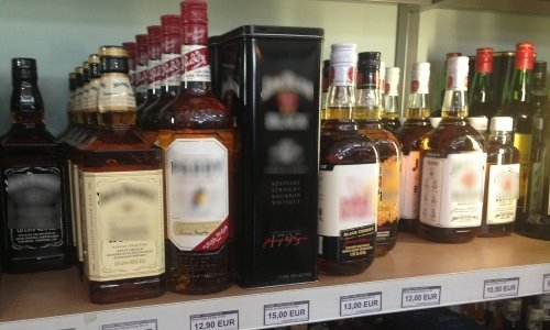 Алкоголь на полках в Duty Free на границе Польши и Беларуси