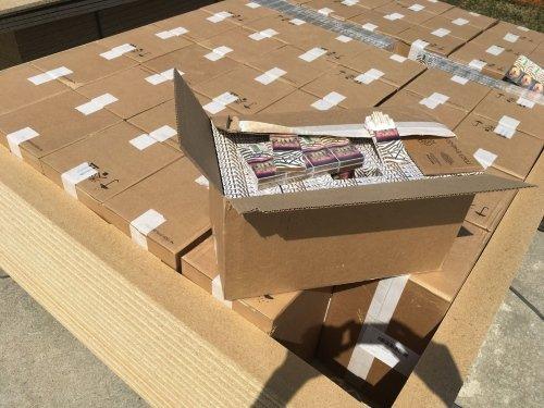 коробки с контрабандой внтури досок дсп
