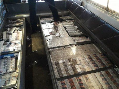 сигареты в полу автобуса
