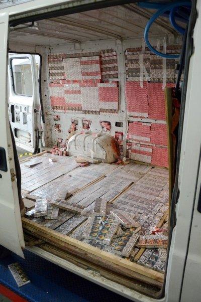сигареты спрятали в грузовом микроавтобусе