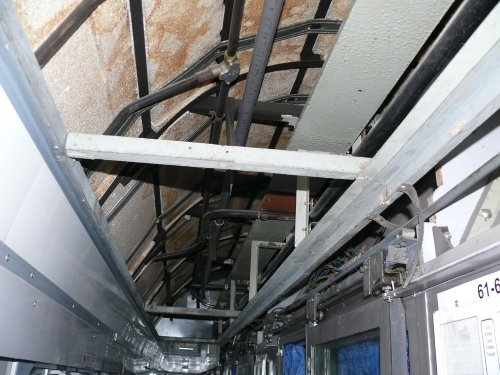спрятали сигареты под потолком вагона