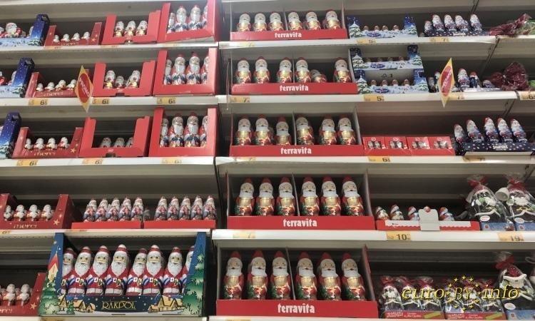 Санта Клаус шоколад на полках магазина Auchan Белосток