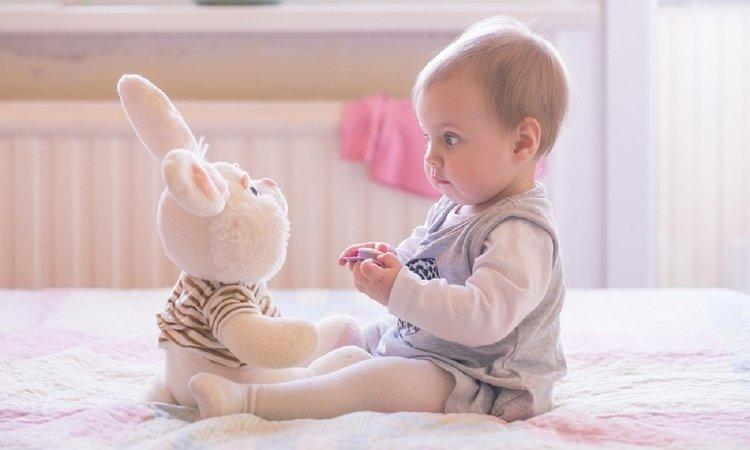 Ребёнок с игрушкой