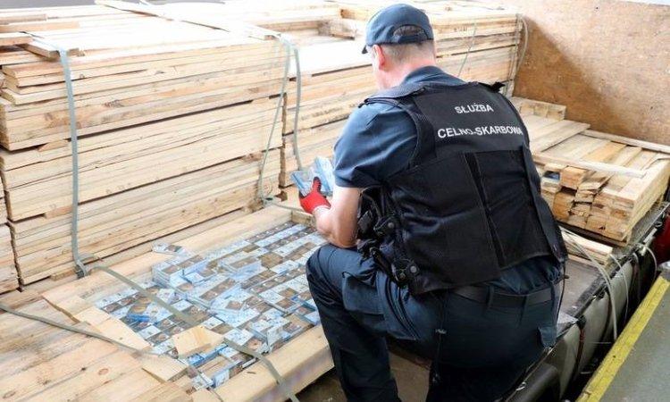Контрабанда сигарет спрятана в поддонах