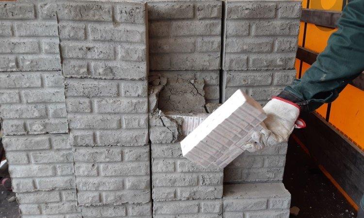 Сигареты замурованы в цементные блоки